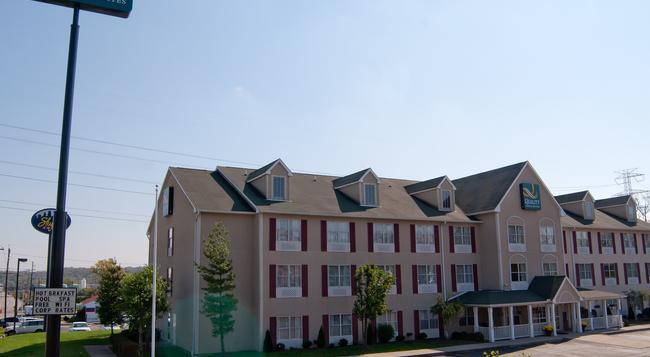 Quality Inn & Suites Cincinnati Sharonville - シンシナティ - 建物