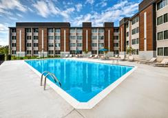 Holiday Inn Express Louisville Airport Expo Center - ルイスビル - プール
