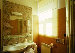 Hotel Villa Eugenia - ロヴラン - 浴室