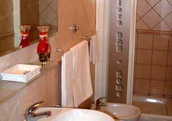 Nuova Fiera - フィウミチーノ - 浴室