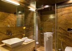 Bizz The Hotel - Rajkot - 浴室