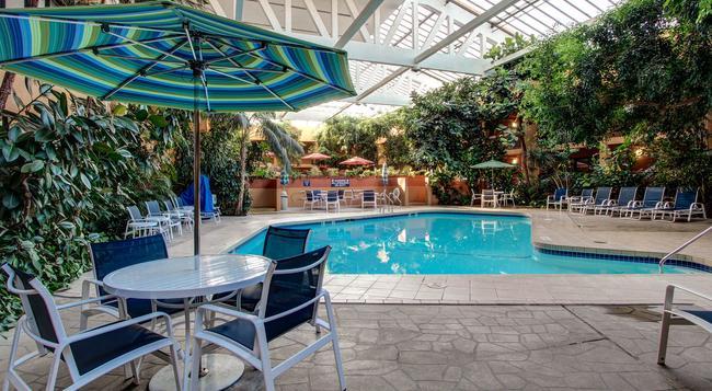 ホテル エレガント カンファレンス&イベント センター - コロラドスプリングス - プール