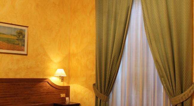 ホテル フィオリ - ローマ - 寝室